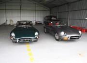samochody w hangarze