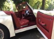czerwone wnętrze auta